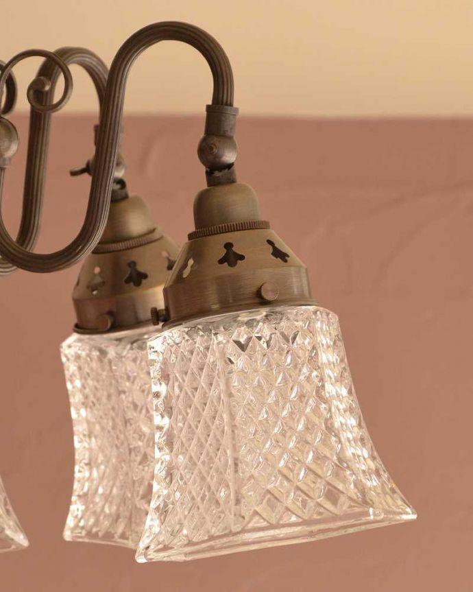 シャンデリア 照明・ライティング アンティーク風のシーリングタイプの真鍮製シャンデリア(アンティーク色・5灯・電球なし) 。六角形のシェード下から見ると、六角形。(cr-519-a)