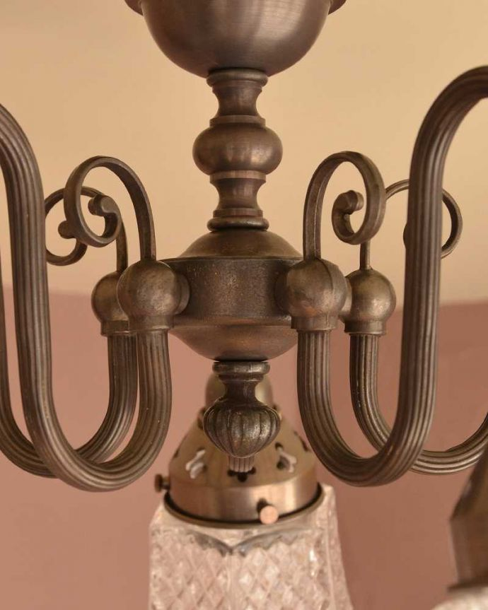 シャンデリア 照明・ライティング アンティーク風のシーリングタイプの真鍮製シャンデリア(アンティーク色・5灯・電球なし) 。アンティーク風のフォルム真鍮で作られた重厚感漂うフォルムが、お部屋をオシャレに彩ってくれます。(cr-519-a)