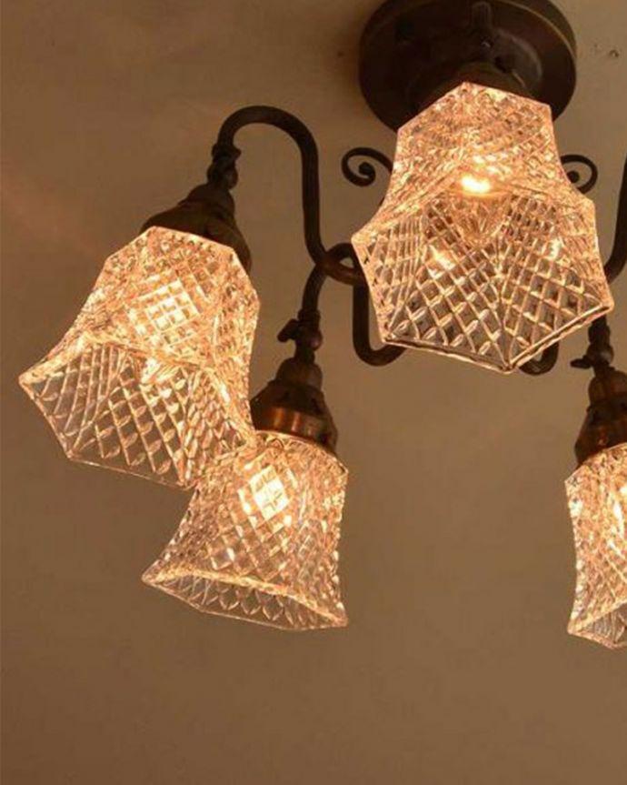 シャンデリア 照明・ライティング アンティーク風のシーリングタイプの真鍮製シャンデリア(アンティーク色・5灯・電球なし) 。1つ1つ微妙に違いますシェードは手作りなので、気泡やキズ、汚れが入っている場合もあります。(cr-519-a)