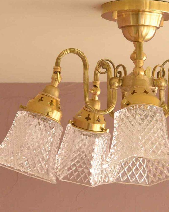 シャンデリア 照明・ライティング シーリングタイプのアンティーク風真鍮製シャンデリア(5灯・電球なし) 。1つ1つ微妙に違いますシェードは手作りなので、気泡やキズ、汚れが入っている場合もあります。(cr-519-g)