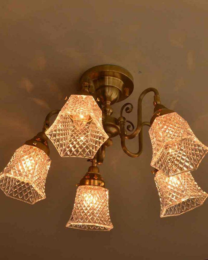 シャンデリア 照明・ライティング シーリングタイプのアンティーク風真鍮製シャンデリア(5灯・電球なし) 。使いやすい下向きタイプ点灯すると、ダイヤ型の型押しに反射して、キラキラと宝石のように輝きます。(cr-519-g)