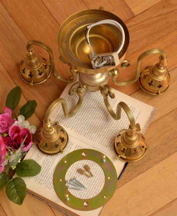 シャンデリア 照明・ライティング シーリングタイプのアンティーク風真鍮製シャンデリア(5灯・電球なし) 。直結用のパーツも同梱します電気屋さんにお渡し頂ければ、直結で取り付けしてもらえる金具も一緒にお届けします。(cr-519-g)