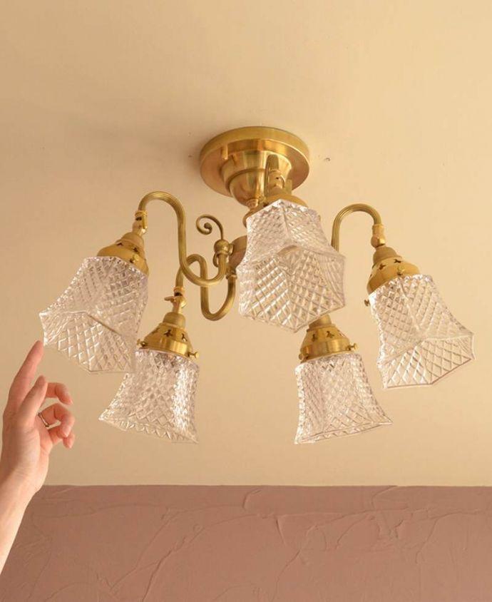 シャンデリア 照明・ライティング シーリングタイプのアンティーク風真鍮製シャンデリア(5灯・電球なし) 。キラッと輝く真鍮製のシャンデリア全方向どこから見ても美しい、ダイヤカットのガラスシェードが付いたアンティーク風のシャンデリア。(cr-519-g)