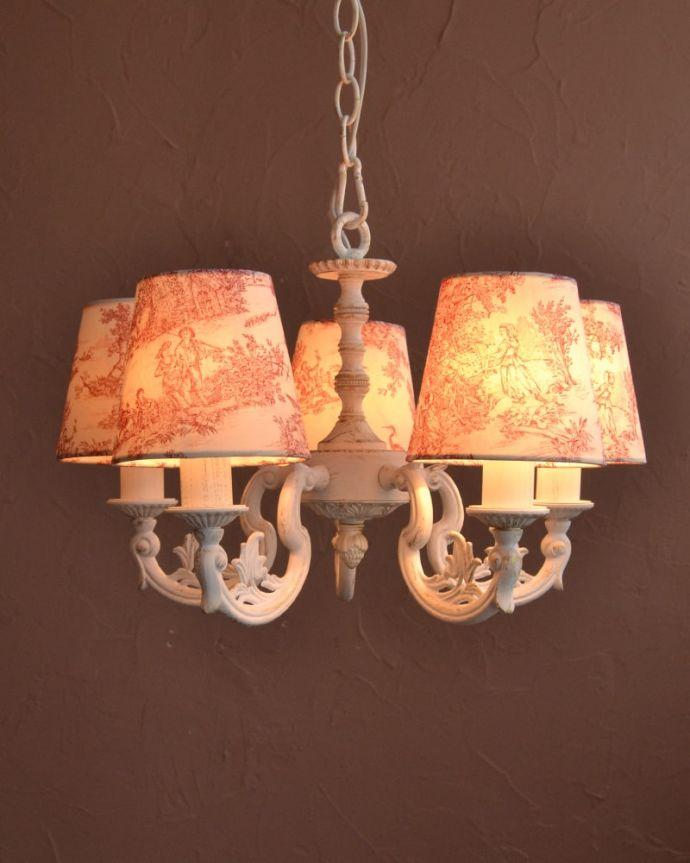 シャンデリア 照明・ライティング フランス風の5灯シャンデリア(トワルド・ジュイ・レッド・電球セット)。夜が来るのが楽しみになる灯り優しい灯りがあたたかい雰囲気でお部屋を包み込んでくれます。(cr-537)