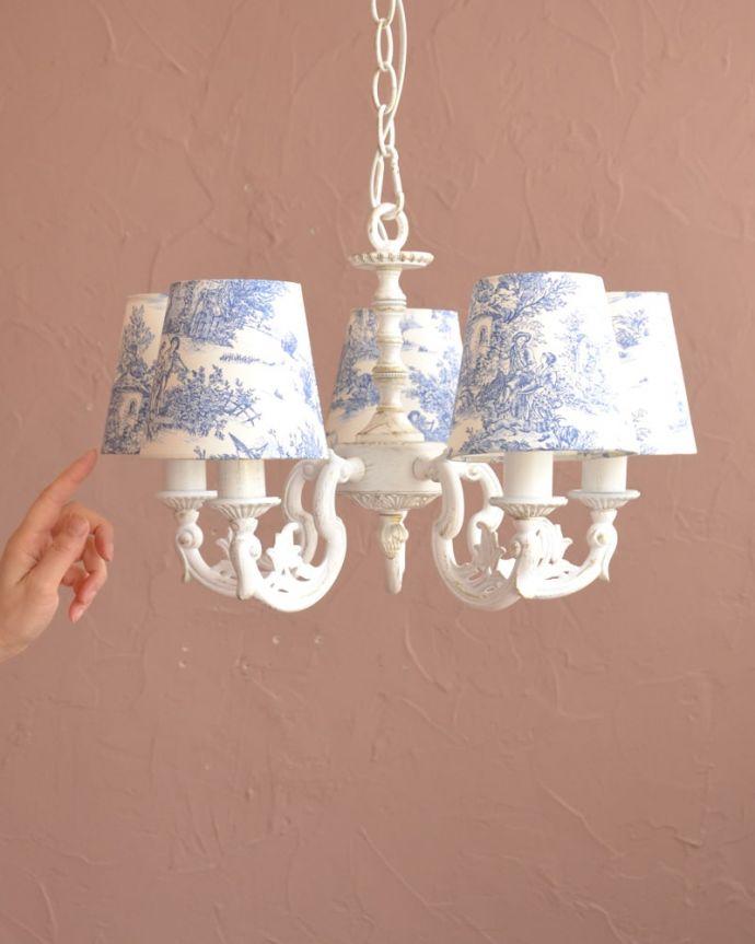 シャンデリア 照明・ライティング フランス風の5灯シャンデリア(トワルド・ジュイ・ブルー・電球セット)。フランスアンティーク風のシャンデリアフランスっぽいデザイン&色の組み合わせがおしゃれな、クリップシェードを被せた5灯タイプのシャンデリアです。(cr-538)