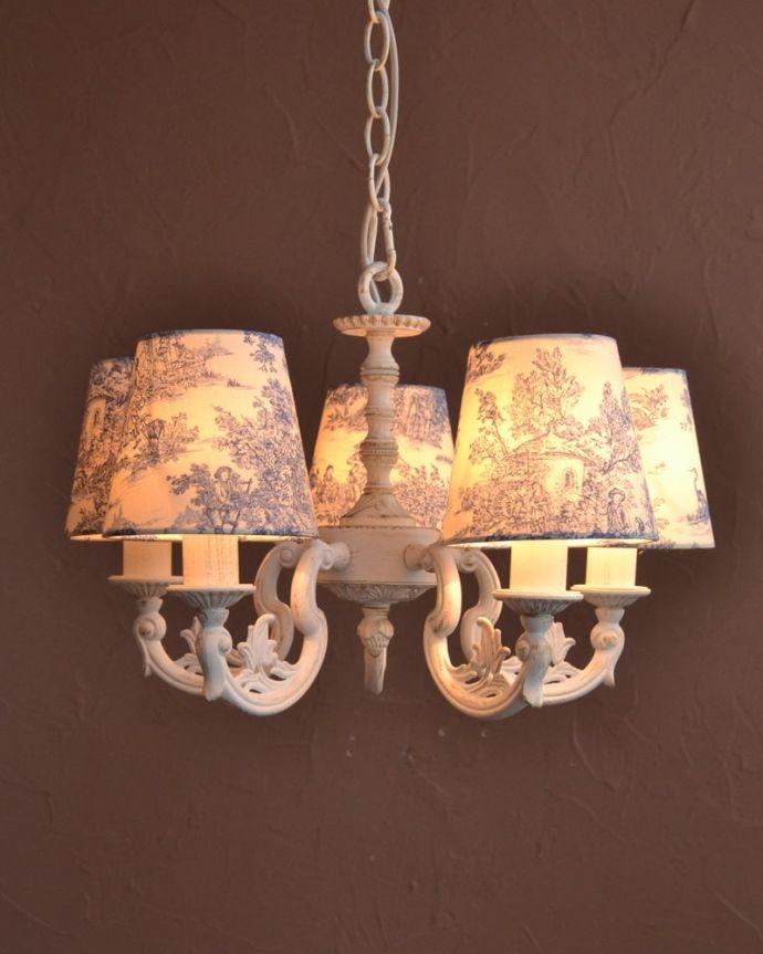 シャンデリア 照明・ライティング フランス風の5灯シャンデリア(トワルド・ジュイ・ブルー・電球セット)。夜が来るのが楽しみになる灯り優しい灯りがあたたかい雰囲気でお部屋を包み込んでくれます。(cr-538)