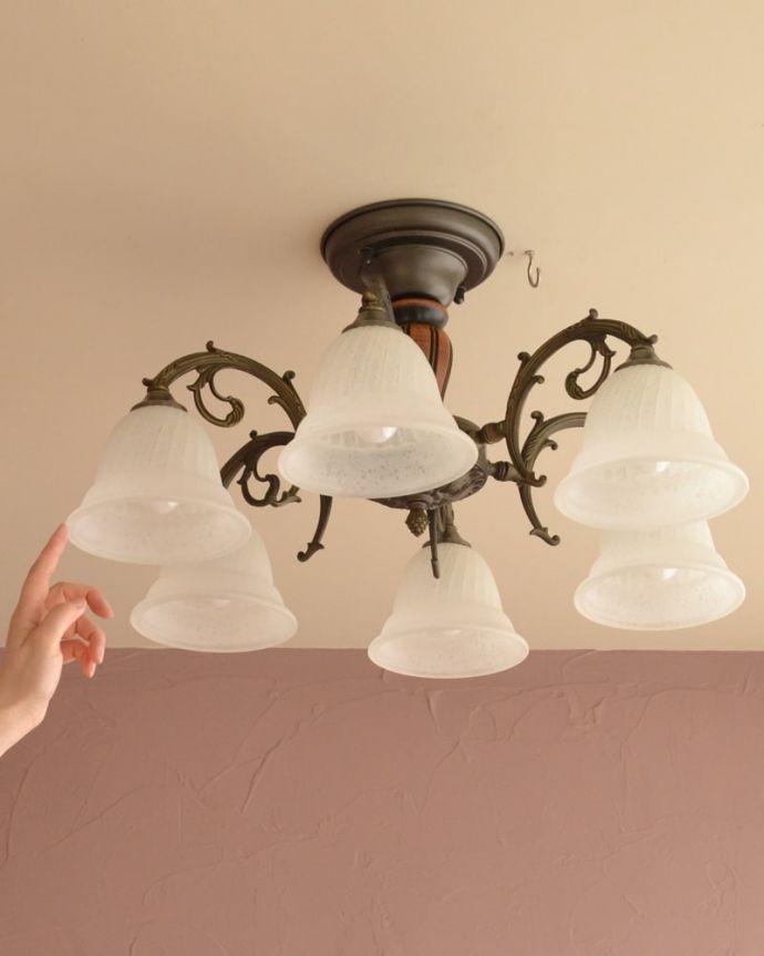 照明・ライティング シーリングシャンデリア6灯 落ち着いたアンティーク色の真鍮製のシャンデリアお花が下向きに咲いたような形が可愛いガラスシェードが付いたアンティーク風のシャンデリア。(cr-539)