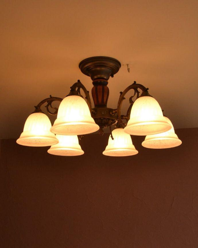 照明・ライティング シーリングシャンデリア6灯 天井からの美しい明かり点灯すると、天井にシェードの陰影が現れて、なんとも幻想的な雰囲気。(cr-539)