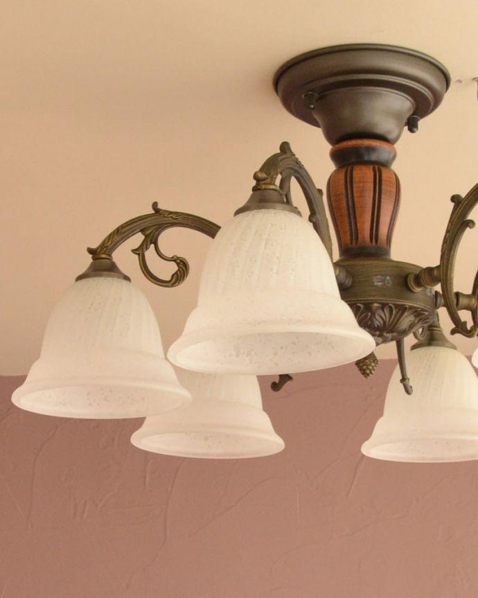 照明・ライティング シーリングシャンデリア6灯 1つ1つ微妙に違いますシェードは手作りなので、気泡やキズ、汚れが入っている場合もあります。(cr-539)