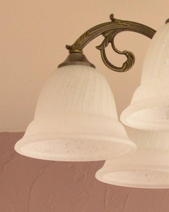 照明・ライティング シーリングシャンデリア6灯 可愛いガラスシェードお花のような可愛いかたちのシェードを被せました。(cr-539)
