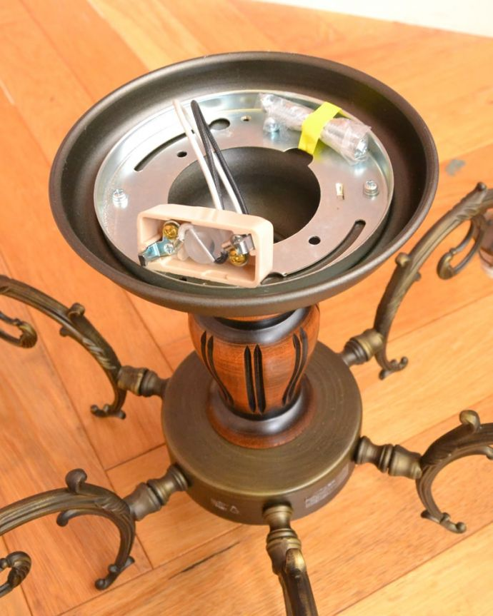照明・ライティング シーリングシャンデリア6灯 直結用のパーツも同梱します電気屋さんにお渡し頂ければ、直結で取り付けしてもらえる金具も一緒にお届けします。(cr-539)
