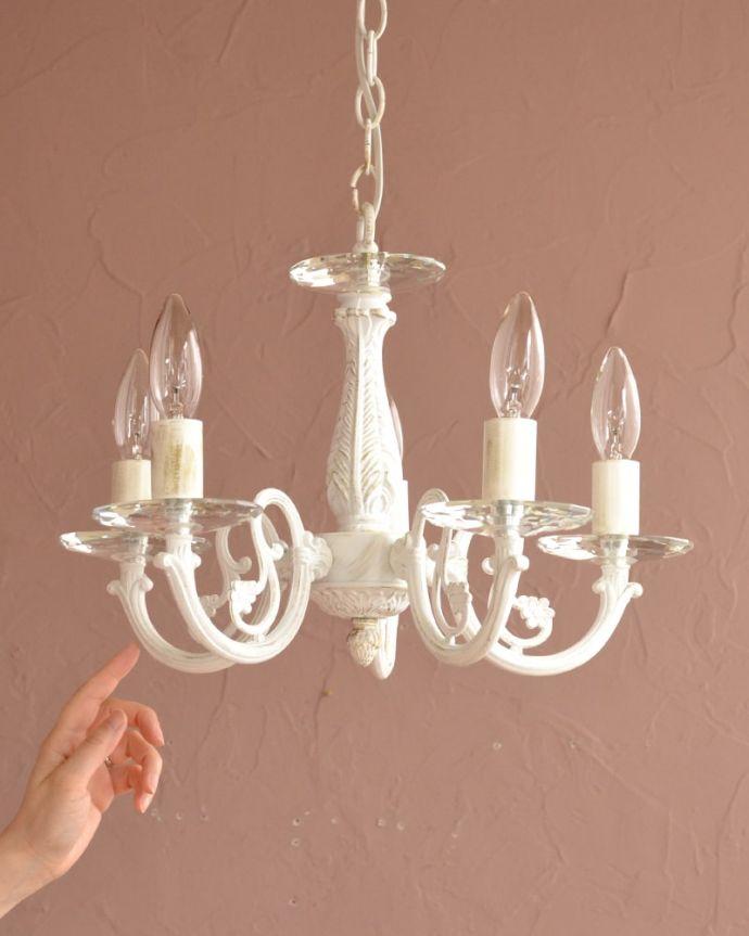 シャンデリア 照明・ライティング アンティーク調の照明器具、クリスタルのお皿が付いた5灯シャンデリア(ホワイト) アンティーク調のシャンデリアホワイトペイントを施したアンティーク調のシャンデリア。(cr-542)