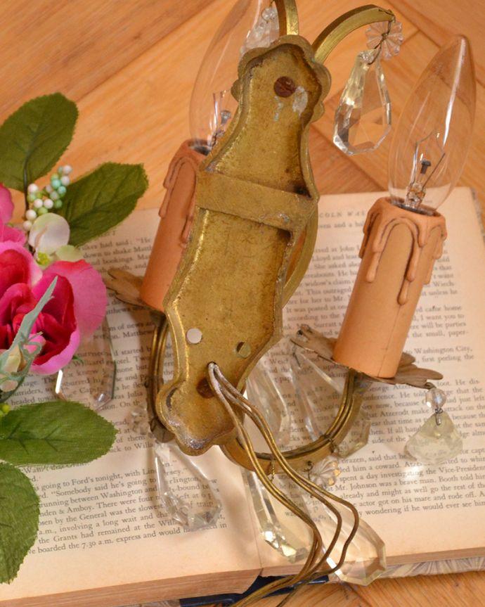 壁付けブラケット 照明・ライティング フランスアンティークの照明、ガラスドロップ付の真鍮ウォールブラケット(E17シャンデリア球付)。。(d-1291-z)