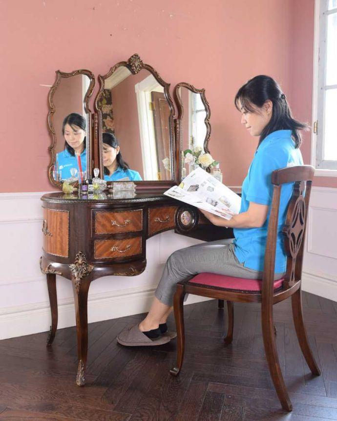 d-1357-f アンティークドレッシングテーブルのモデル入り(座る)