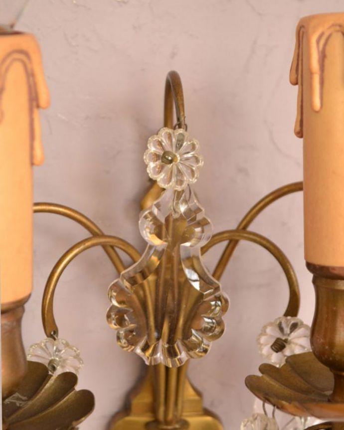 壁付けブラケット 照明・ライティング フランス照明、ガラスパーツが付いたアンティーク壁付けシャンデリア(2灯タイプ)(E17シャンデリア球付)。存在感のある素敵なアンティークのウォールブラケットです。(d-1388-z)