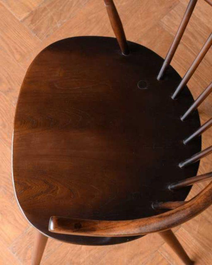 アーコールチェア アンティーク チェア 人気の北欧ヴィンテージ家具、アーコール スモーカーズチェア(アップルチョコ色・Highタイプ)。座面に隠されたヒミツお尻と太もも部分に座りやすいように入っている座繰りという彫。(ear-12-p)