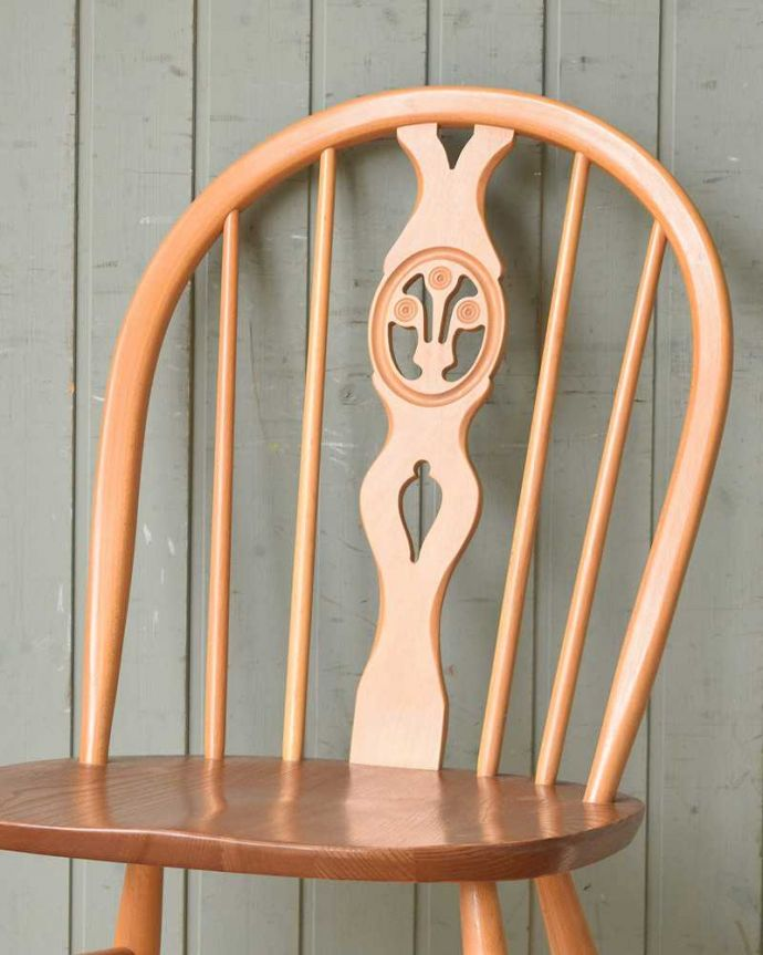 アーコールチェア アンティーク チェア アーコールのシスルバックチェア(カスタード色・ハの字脚・タグ付き・座面L)。背もたれ彫られたアーコールの象徴アザミの花(シスル)が背もたれに彫られているシスルバックチェア。(ear-18l-at)
