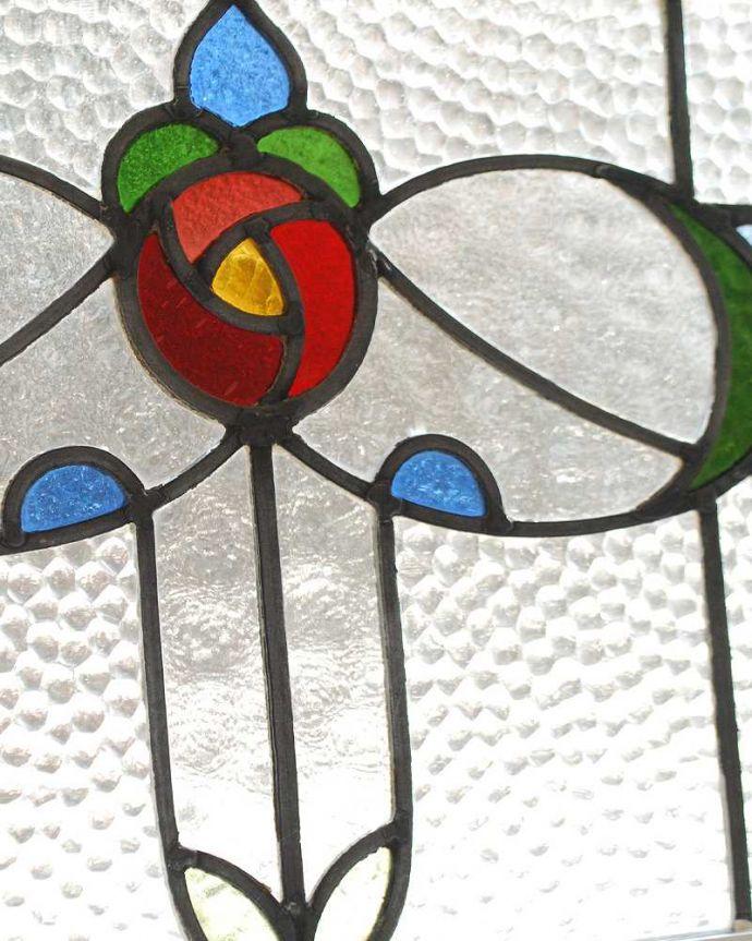 アンティーク雑貨 気品たっぷりな薔薇の美しいアンティークステンドグラス。太陽の光を通してキラキラ輝くガラスやっぱり魅力はアンティークらしい美しい模様。(g-1123)