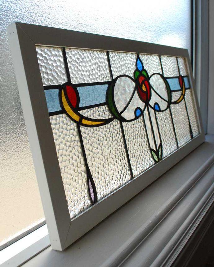 アンティーク雑貨 気品たっぷりな薔薇の美しいアンティークステンドグラス。キレイに修復しましたステンドグラスの周りを囲うオリジナルの枠はキレイに修復しました。(g-1123)