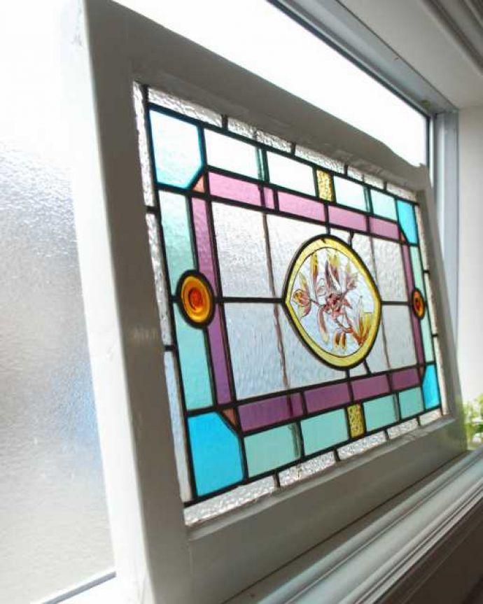 アンティーク ステンドグラス アンティーク雑貨 小鳥の絵付けが美しい、イギリスのアンティークステンドグラス。キレイに修復しましたステンドグラスの周りを囲うオリジナルの枠はキレイに修復しました。(g-1220)