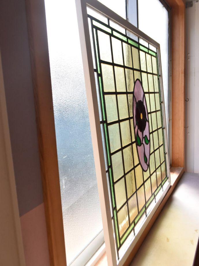アンティーク ステンドグラス アンティーク雑貨 ステンドグラス キレイに修復しましたステンドグラスの周りを囲うオリジナルの枠はキレイに修復しました。(g-1249)