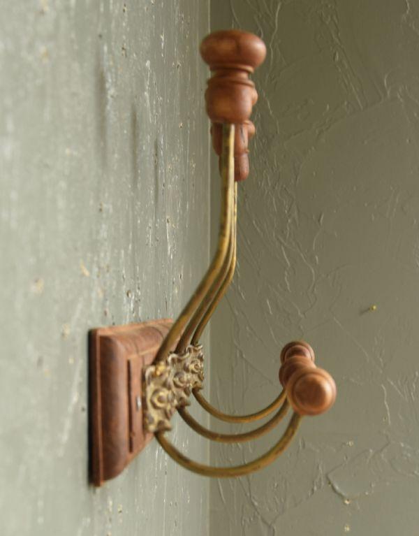 フック・フックボード 住宅用パーツ アンティーク風コート&ハットフック(トリプル)。横から見てもお洒落なデザインです。(gc-176)