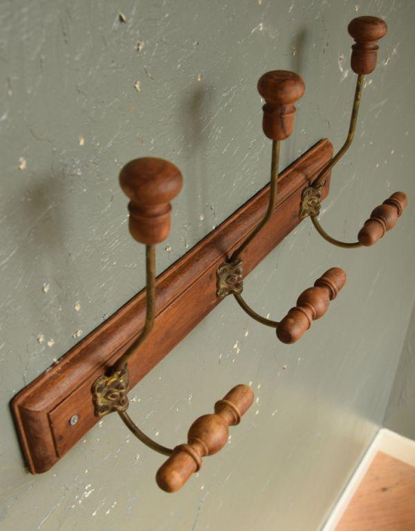 フック・フックボード 住宅用パーツ アンティーク風コート&ハットフック(トリプル)。木製なので、使えば使うほど味わい深くなります。(gc-176)