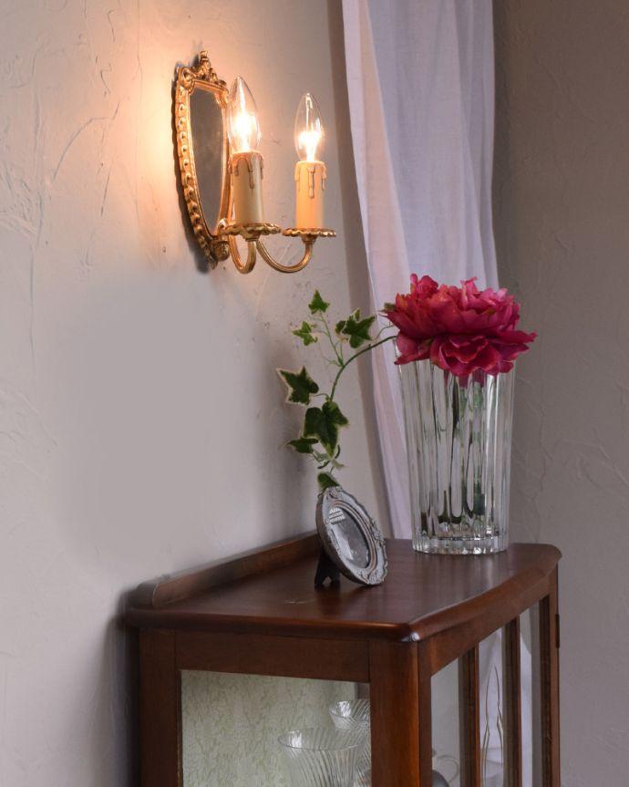 壁付けブラケット 照明・ライティング ミラー付きのフランス輸入の真鍮のウォールブラケット(2灯)(E17シャンデリア球付)。夜のお部屋をドラマティックに・・・壁を照らすとお部屋がなんだかステキに見えてきます。(h-331-z)