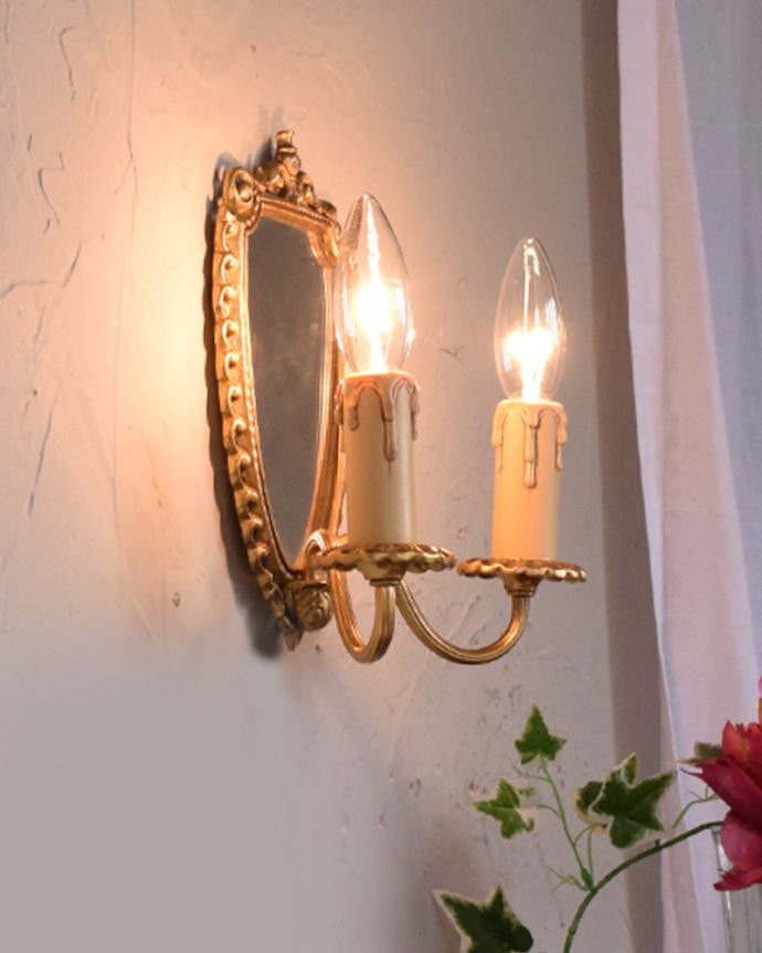 壁付けブラケット 照明・ライティング ミラー付きのフランス輸入の真鍮のウォールブラケット(2灯)(E17シャンデリア球付)。安心してお使いくださいアンティークらしい蝋燭が垂れているような蝋管です。(h-331-z)
