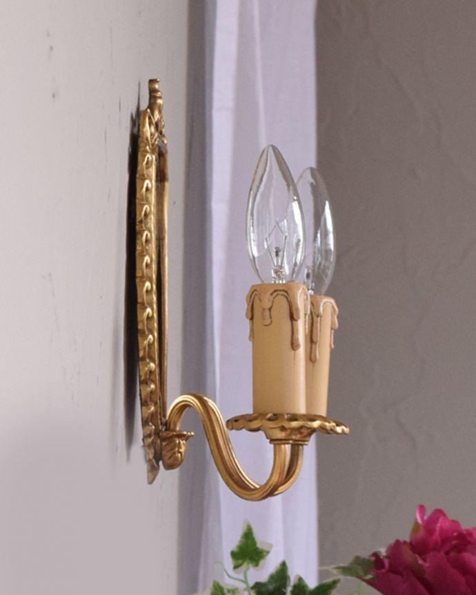 壁付けブラケット 照明・ライティング ミラー付きのフランス輸入の真鍮のウォールブラケット(2灯)(E17シャンデリア球付)。アンティークだけが持つ魅力もともと蝋燭を置いて使われた燭台。(h-331-z)