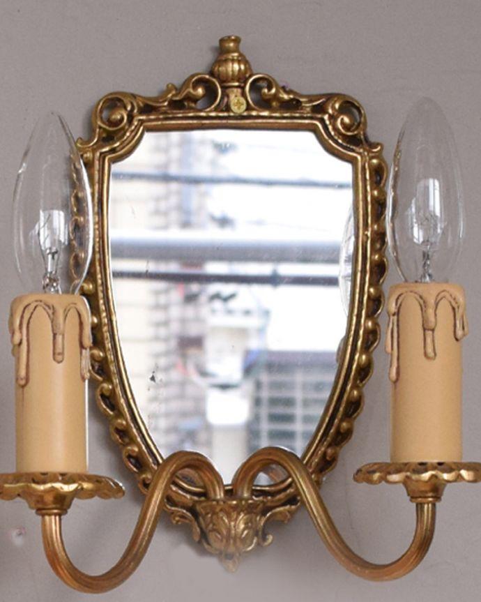 壁付けブラケット 照明・ライティング ミラー付きのフランス輸入の真鍮のウォールブラケット(2灯)(E17シャンデリア球付)。コンディションのいいアンティークの鏡分厚いアンティークのミラーに映し出されると、なんだか美しく見えるんです。(h-331-z)