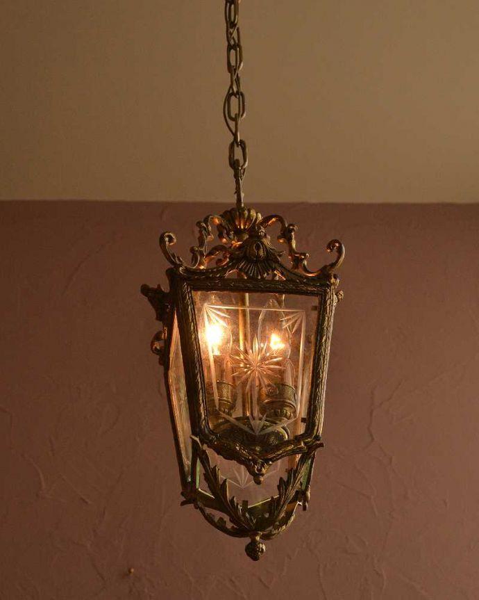 シャンデリア 照明・ライティング ゴールド色の真鍮がキラっと輝くアンティークのランタンシャンデリア(2灯・E17シャンデリア球付)。。(h-744-z)