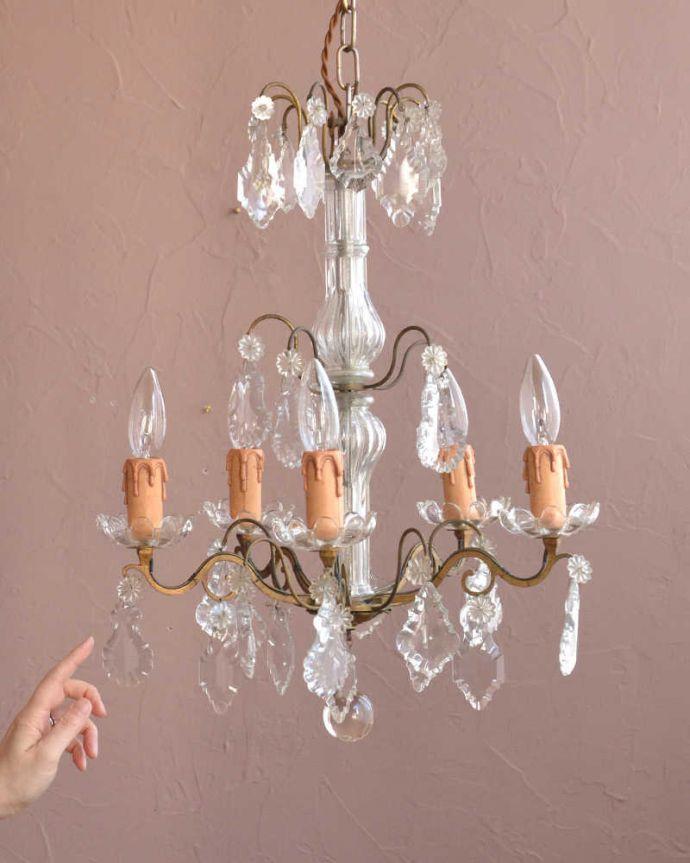 シャンデリア 照明・ライティング ガラスコラムが付いたフランス輸入のアンティーク シャンデリア(4灯)(E17シャンデリア球付)。。(h-762-z)