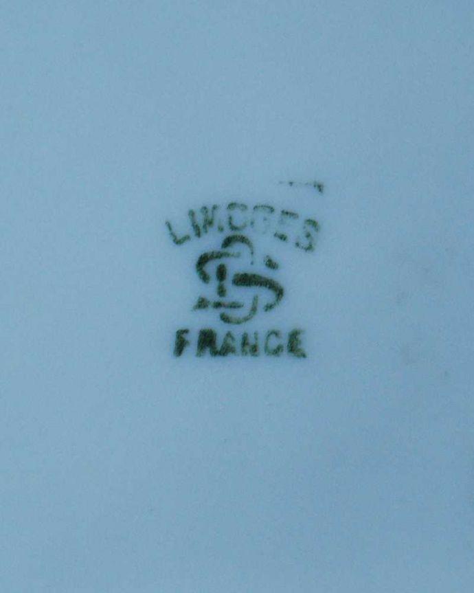 アンティーク 陶磁器の雑貨 アンティーク雑貨 フランスで見つけた華やかなアンティークジュエリーケース。裏側には品質の証製造メーカー保証の意味がこもった窯印、ポーセリンマークがあります。(h-781-z)