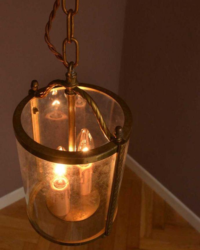 シャンデリア 照明・ライティング ゴールド色の真鍮がキラっと輝くアンティークのランタンシャンデリア(2灯)(E17シャンデリア球付) 。。(h-896-z)