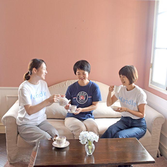 オリジナルソファ アンティーク風 お家の洗濯機で洗えるHandleオリジナルのリネンソファ。お友達と楽しいお茶の時間もちろん、お友達が来た時は、ちゃんと座れます(笑)3人で座っておしゃべりしても広々使える大きさです。(hos-100)