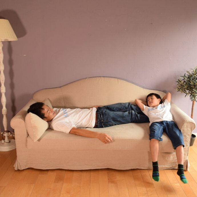 オリジナルソファ アンティーク風 お家の洗濯機で洗えるHandleオリジナルのリネンソファ。子どもと一緒に男性は断然「横になっている」時が多い!ゴロンと寝転がってテレビや映画鑑賞。(hos-100)