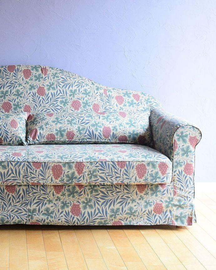 カーブを描く三人掛けのソファ「ヴァイン」