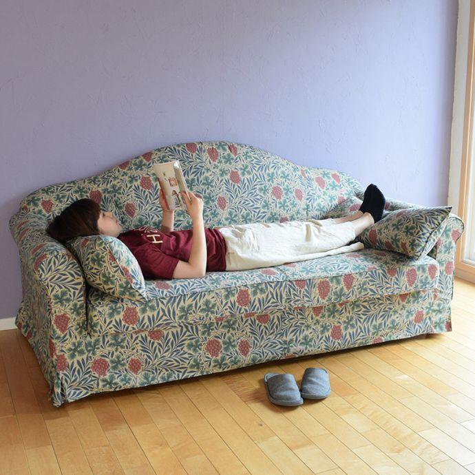 ゆったり寝転がれるソファです