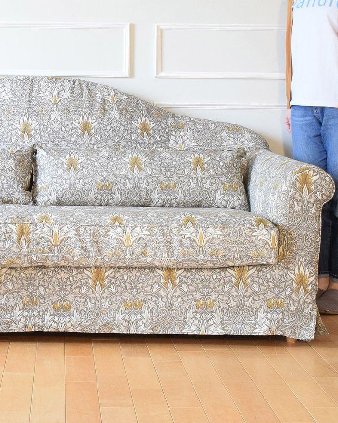 カーブを描く三人掛けのソファ「スネークヘッド」