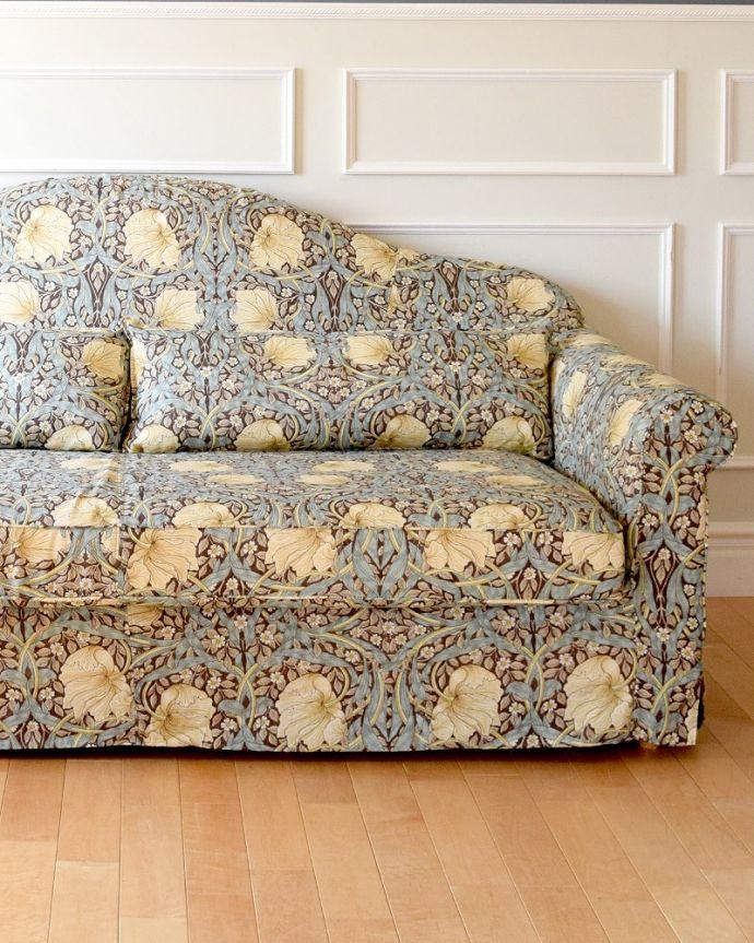 カーブを描く三人掛けのソファ「ピンパネル」