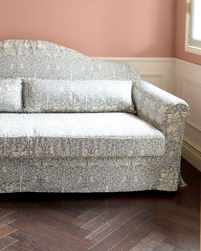 カーブを描く三人掛けのソファ「ブレアラビット」