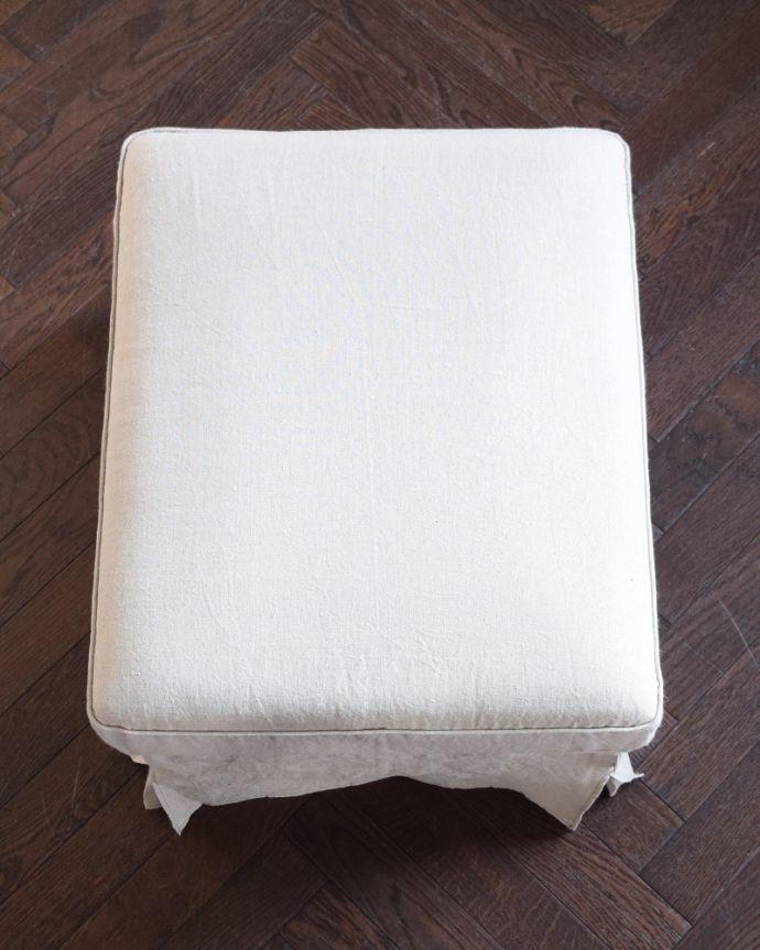 アンティーク風の椅子 アンティーク風 ボタンダウンの座面がカッコイイ、英国のアンティーク風のスツール(ダークグレイ)。ボタンダウンがカッコイイ!上から見ると、ボタンダウンのカッコいい硬めの座面。(y-209-c)