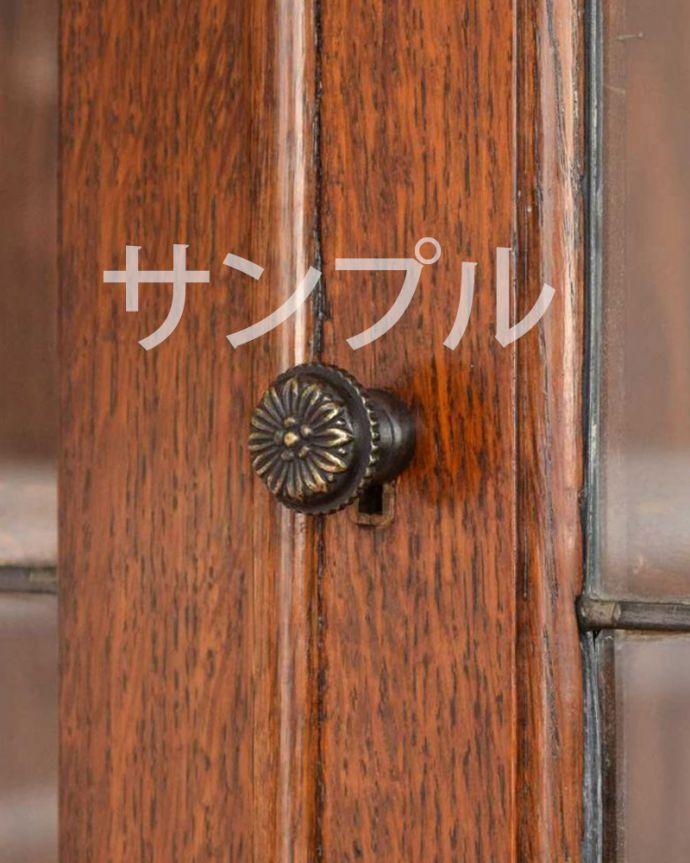 ●●●-f アンティークキャビネットの扉の取っ手