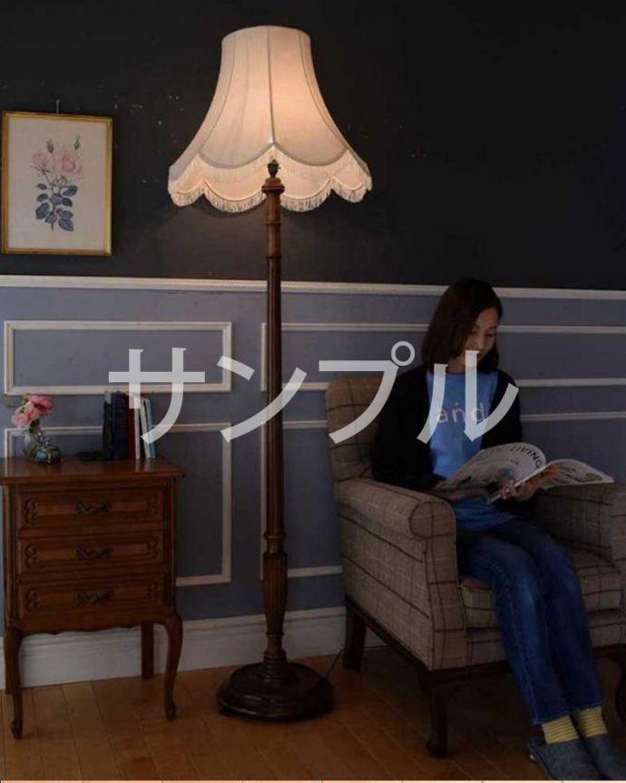 ●●●-f アンティークフロアランプのモデル入り(座って)