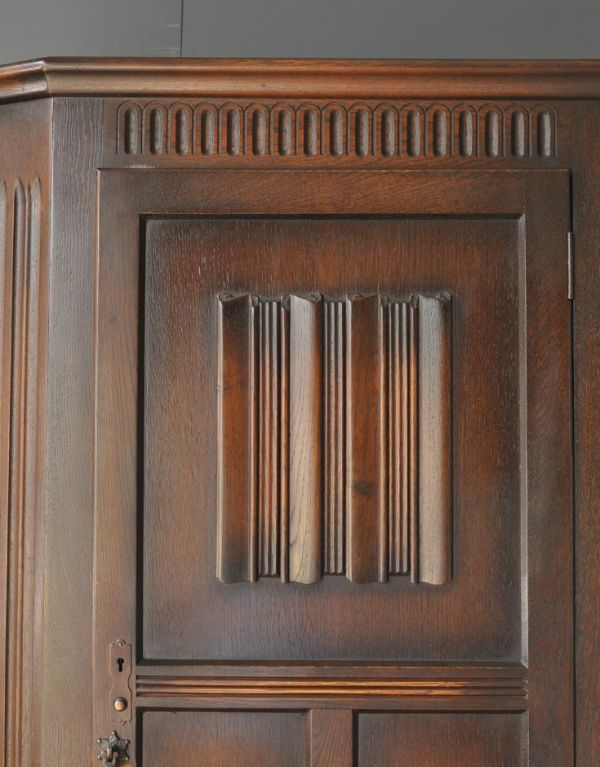 j-1313-f アンティークワードローブの装飾