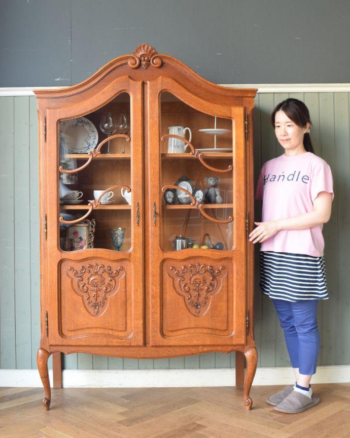 アンティークのキャビネット アンティーク家具 フランスから到着したアンティーク家具、繊細な彫りが美しいガラスキャビネット(食器棚)。本棚としてはもちろん、グラスや食器を並べて飾り棚としても素敵ですよ。(j-1758-f)