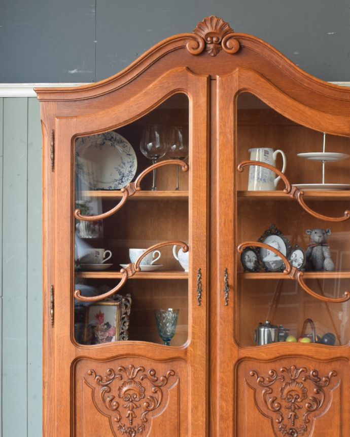 アンティークのキャビネット アンティーク家具 フランスから到着したアンティーク家具、繊細な彫りが美しいガラスキャビネット(食器棚)。ガラス越しに見える食器や飾り付けた小物たちが活き活きとして見える魅惑のフレンチキャビネット。(j-1758-f)