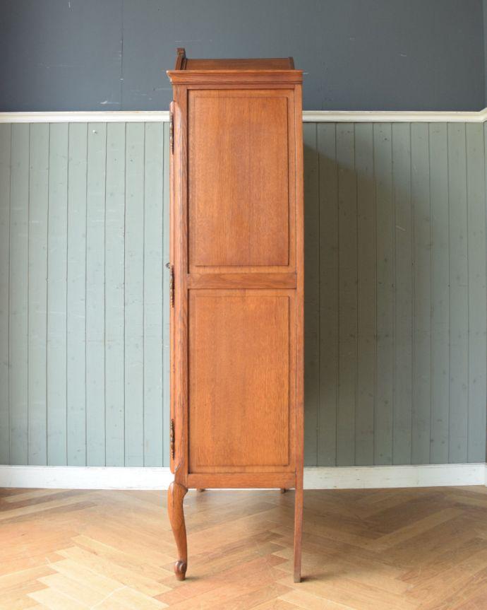 アンティークのキャビネット アンティーク家具 フランスから到着したアンティーク家具、繊細な彫りが美しいガラスキャビネット(食器棚)。横から見てもピカピカです。(j-1758-f)