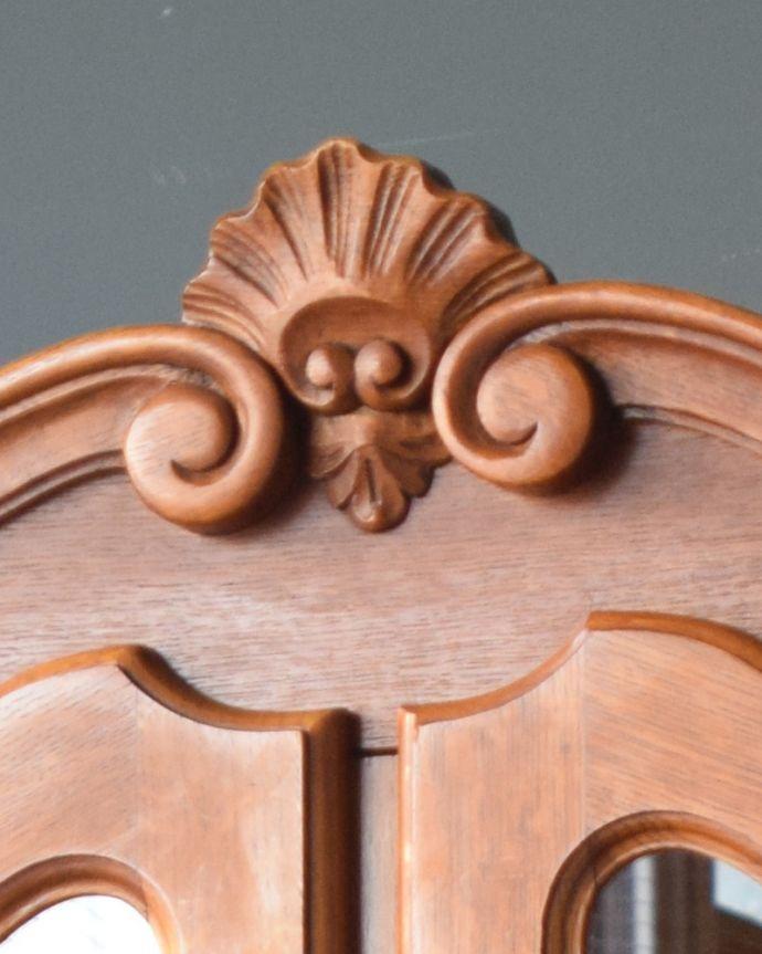 アンティークのキャビネット アンティーク家具 フランスから到着したアンティーク家具、繊細な彫りが美しいガラスキャビネット(食器棚)。トップには凝った装飾があります。(j-1758-f)